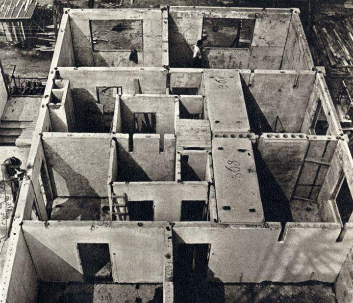 Toto jsou byty u štítu. Na pravé straně je vidět okna, která jsou umístěna přímo na štítu. Jediné dva položené stropní dílce jasně dokazují podélný nosný systém. [6]