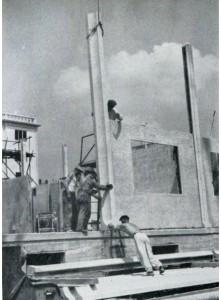 Panel čerstvě zasunutý mezi pilastry [6]