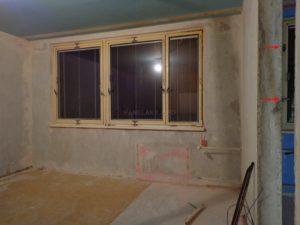 Novější typ okna, šipky ukazují na starší typ okna se čtyřmi klikami ve vedlejší místnosti.