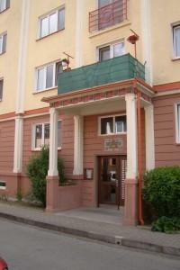 Balkón na straně s byty