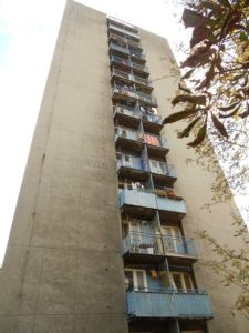 Všimněte si ustoupené stěny za balkóny