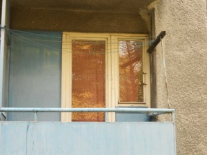 Balkónové okno zasazené v dřevěné meziokenní stěně