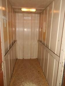 Kabina je prostorná a vybavena madly