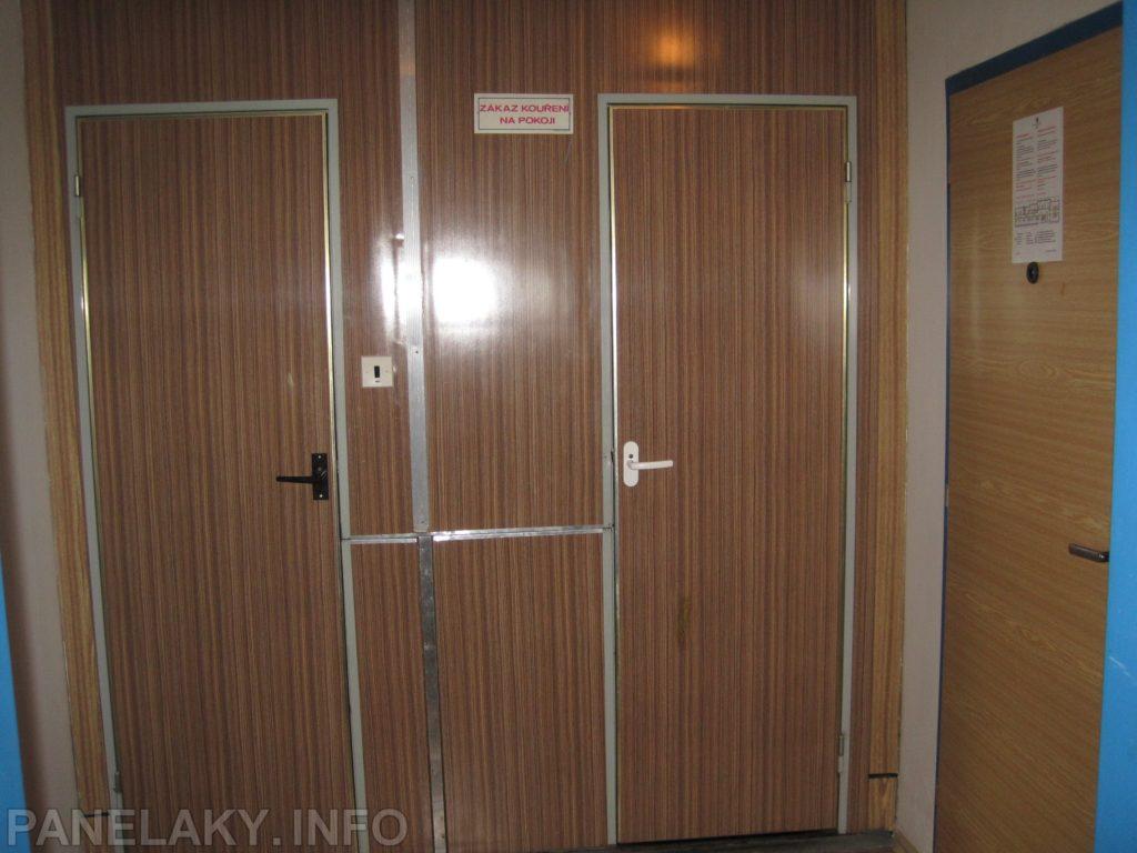 Všimněte si vodorovné lišty mezi dveřmi