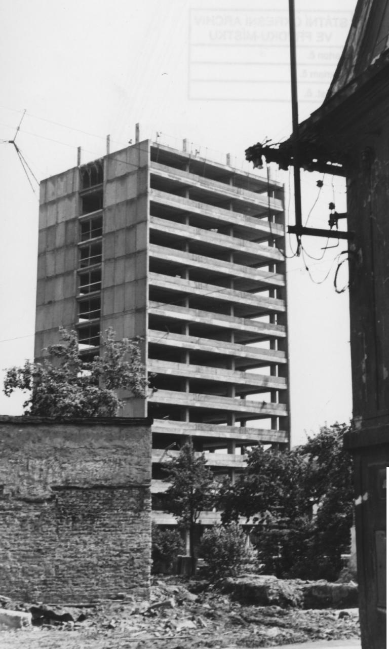 [5] Detailní pohled na stavbu první věže
