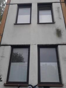 Detail dozděných pilířků. Je vidět popraskání fasády mezi pilířkem a horním panelem