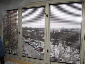 Zde drží ochotný majitel bytu záclonu, aby šlo okno vyfotit celé