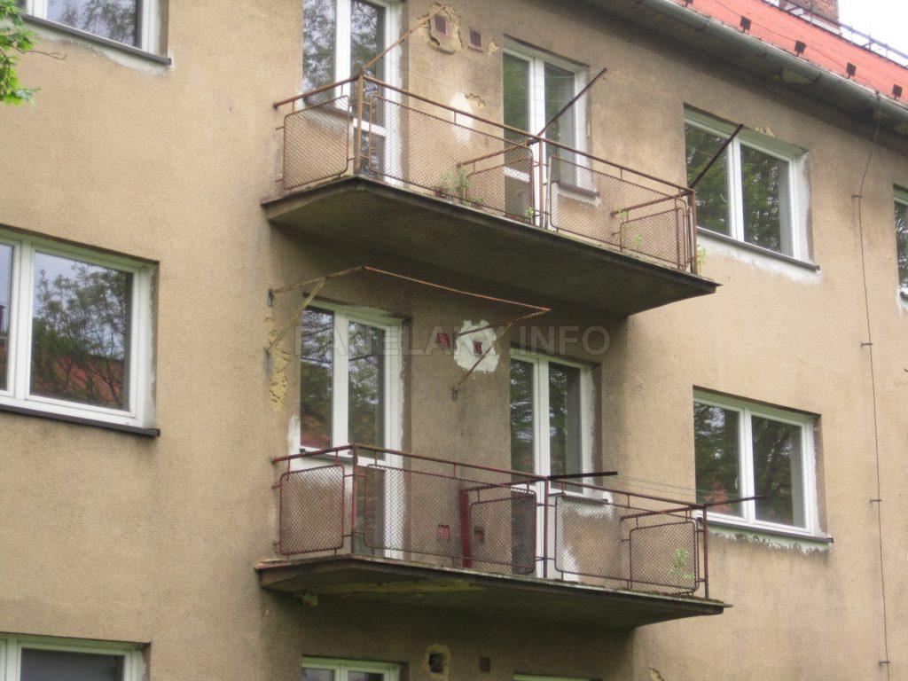 Předsazené, sdružené a lehce působící balkóny