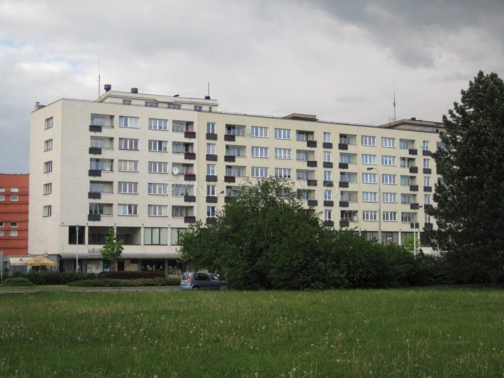Domu dominují černá zábradlí a široká okna