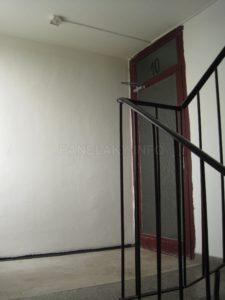 Spojovací dveře ze schodiště do chodby s byty
