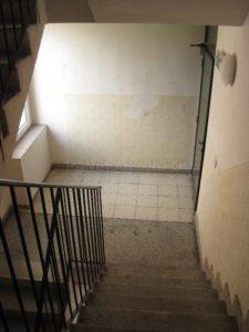 Přechod mezi podestou a podlahou