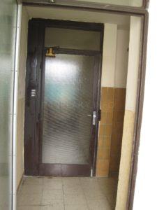 Dveře do chodby s byty (vpravo se nachází výtahy)