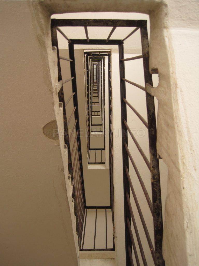 Zrcadlo schodiště pohled nahoru