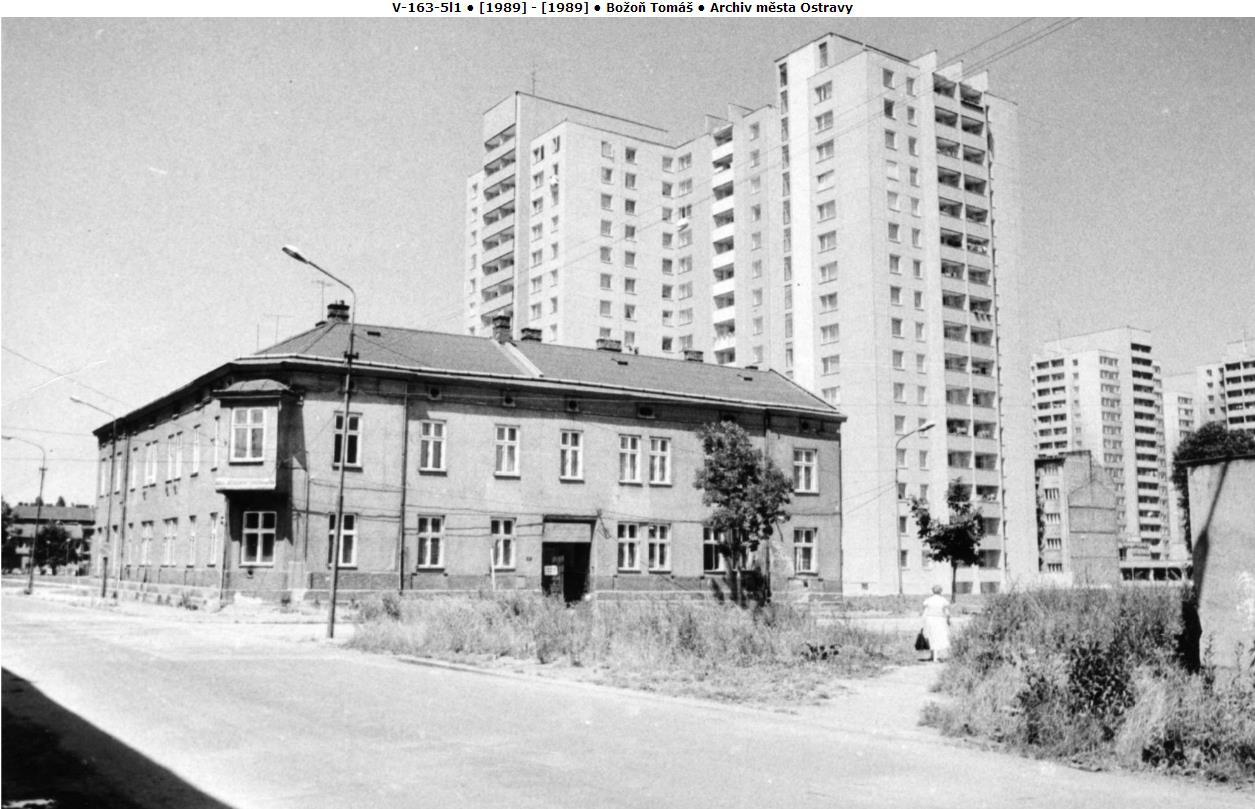 Domy na pravé straně v pozadí jsou přímí předchůdci - upravené věžáky T06b-BTS [6]