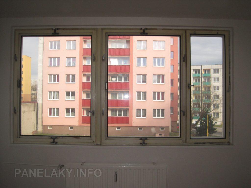 Okno s původním nátěrem. Čím starší okno, tím je původní nátěr a stav vzácnější! Toto je z roku 1983.