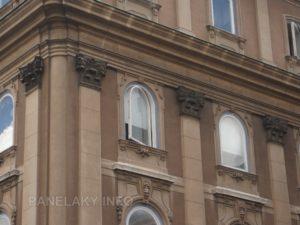 Dokonce se najdou i otočná paneláková okna na historických domech - oblouková!