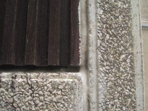 Meziokenní pilířek je profilovaný dřevem