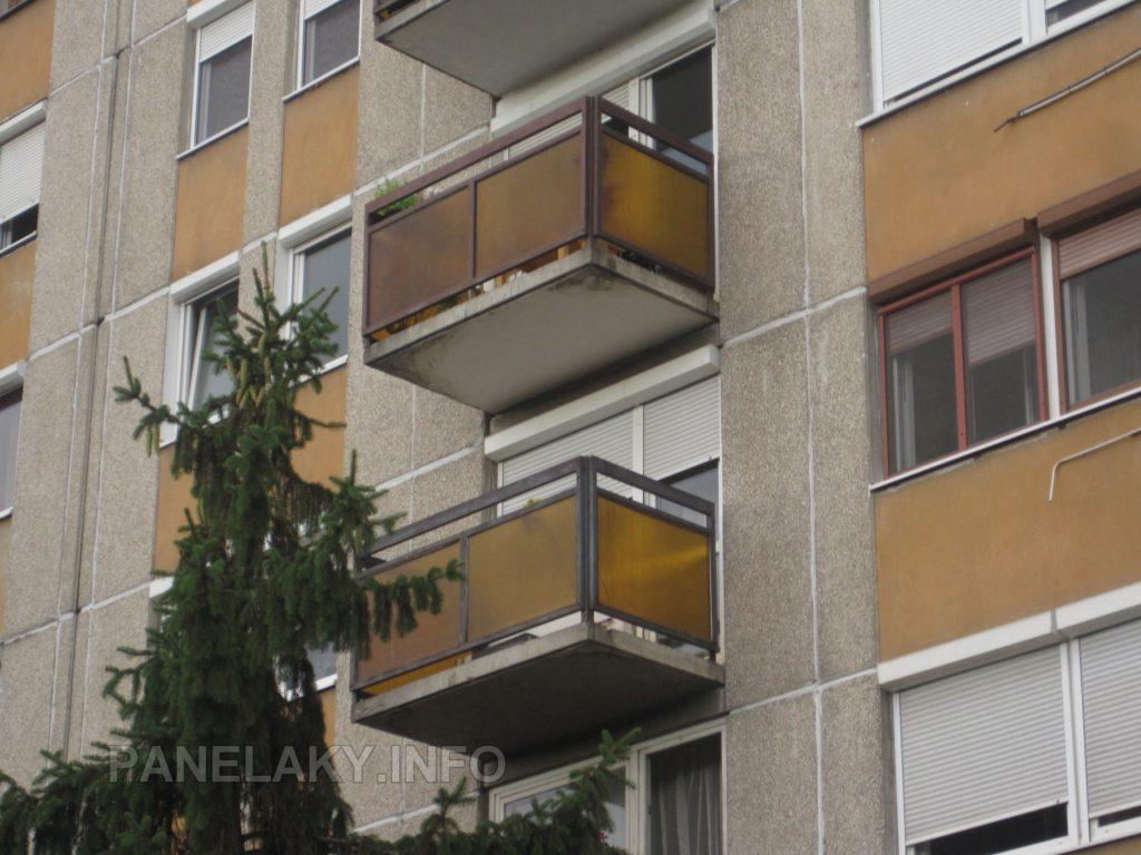 Detail balkónů s proskleným zábradlím