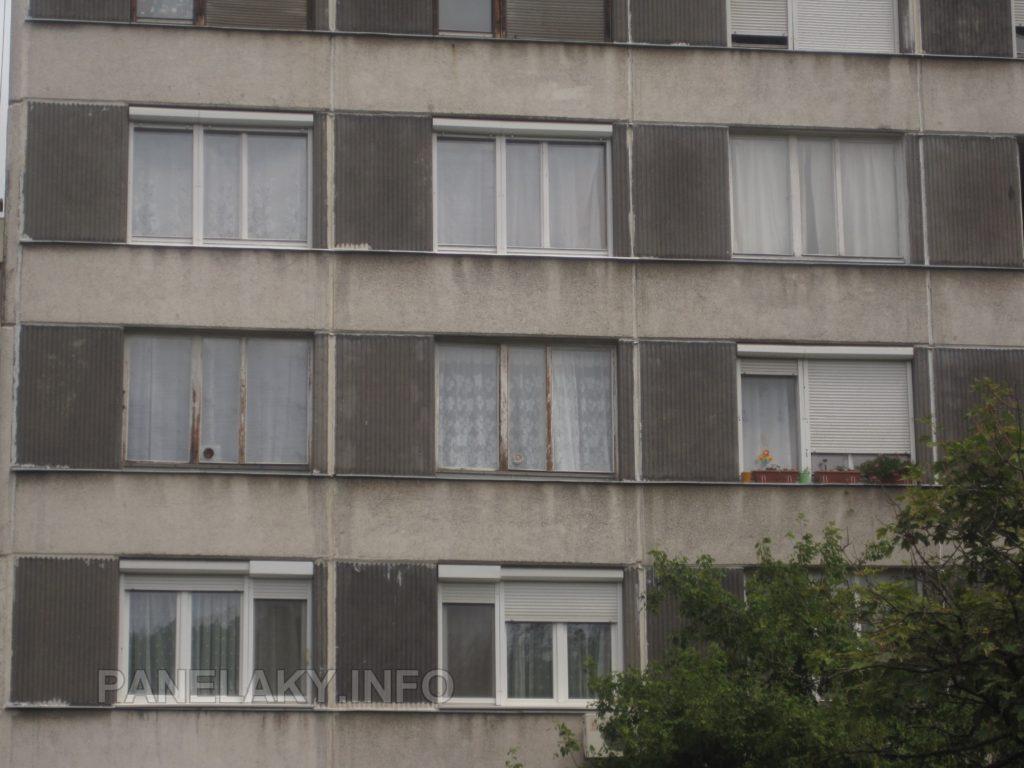 Uprotřed původní schátralá okna, o patro výše zachovalá