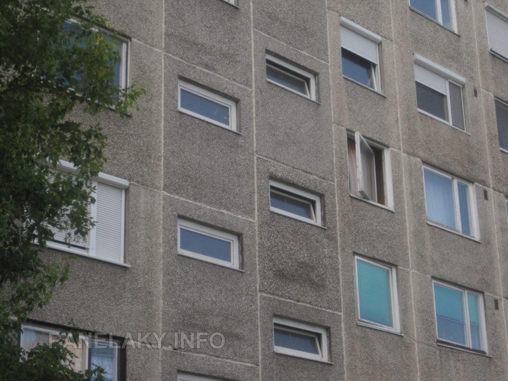 Chodební okna jsou v panelech s mírně tmavší fasádou