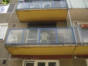 Detail balkónu, zajímavostí je dřevěný obklad pod balkónovou deskou