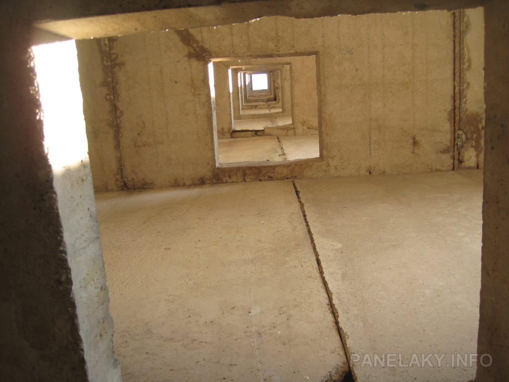 Průhled skrz prostupy ve všech podlažích až na střechu