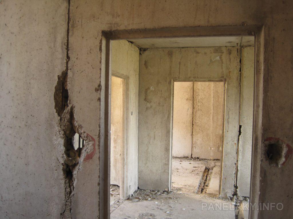 Pohled do jednoho z bytů ze schodišťové chodby