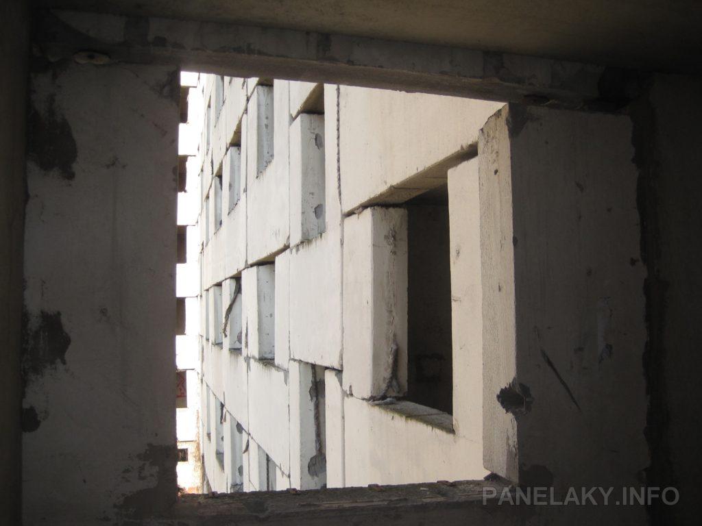 Těsnící lana jsou vidět v některých oknech  ve stejném podlaží