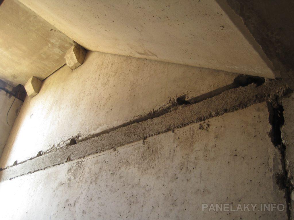 Styk stěna- strop-stěna v prostorách schodiště