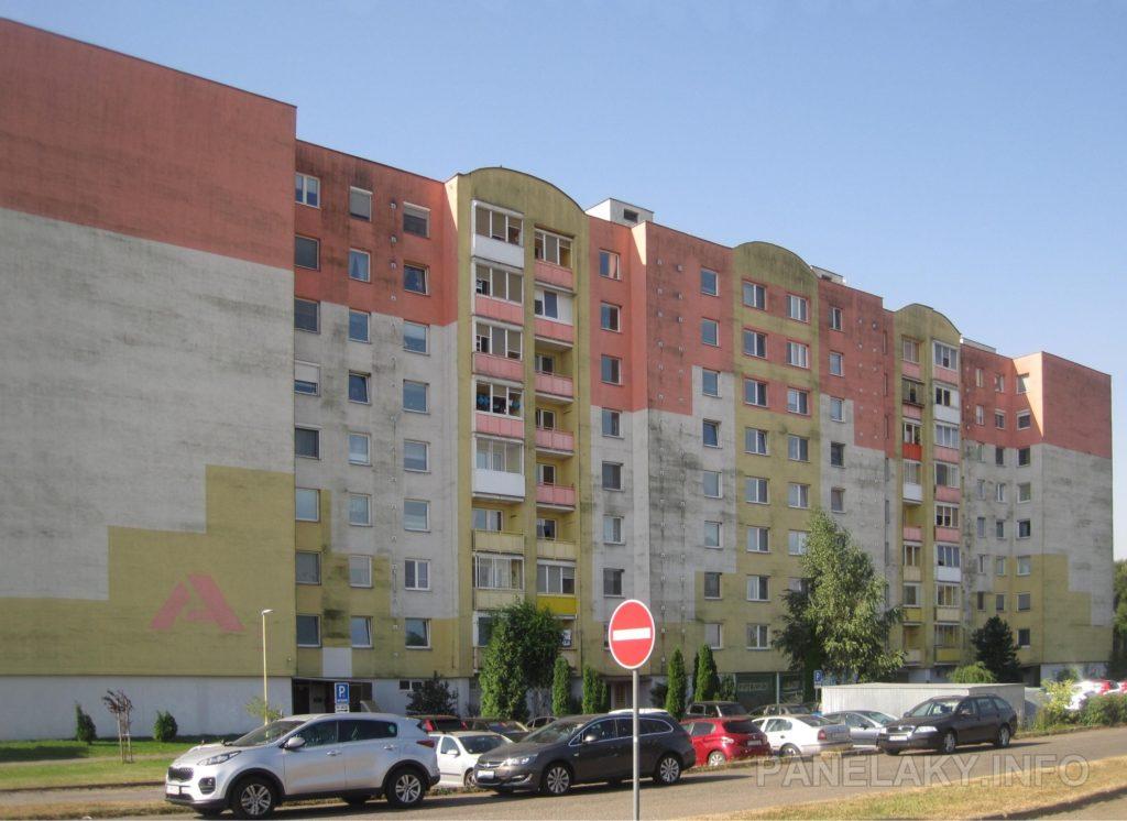 Blok A5 dostal po dostavbě postmodernistické prvky (atika nad lodžiemi)