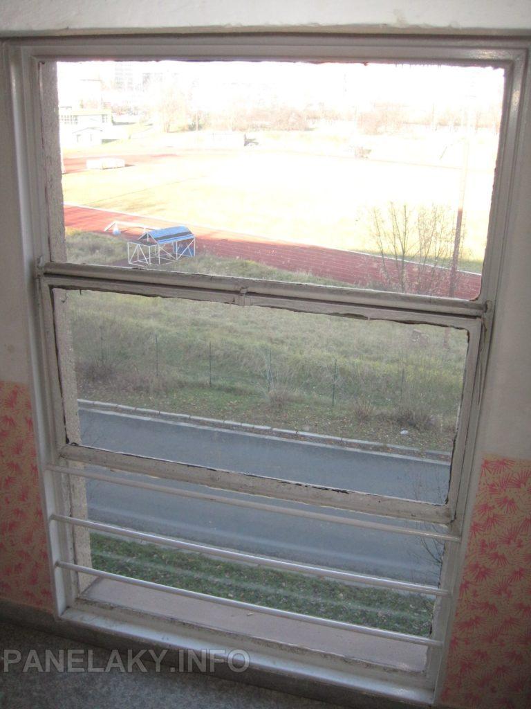 Ukázka stávajícího okna, včetně interiérového tyčového zábradlí.
