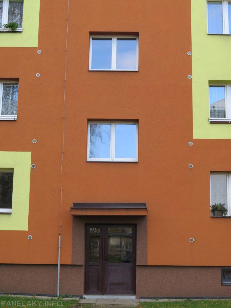 Z původně francouzských chodbových oken jsou nyní obyčejná okna – dům nyní splývá s dalšíma dvěma typy panelových domů v okolí.