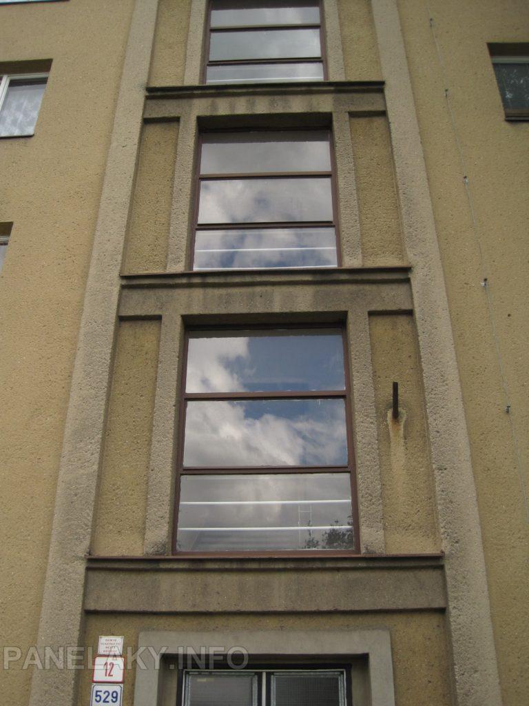 Lizénový rám lemující chodbová okna
